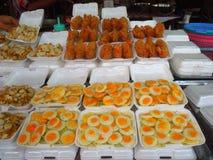 O alimento da rua vendeu no mercado de Chatuchuk, Banguecoque, Tailândia Fotos de Stock Royalty Free