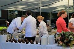 O alimento de preparação do cozinheiro chefe para o gosto do país norte, Glens Falls, Ny, o 15 de setembro de 2013 Fotografia de Stock Royalty Free