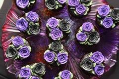 O alimento decorou o projeto na flor cor-de-rosa no partido imagem de stock royalty free