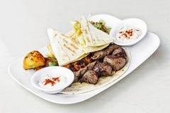 O alimento do Oriente Médio misturou a refeição ajustada grelhada assado da carne do BBQ fotografia de stock royalty free