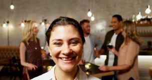 O alimento do serviço da empregada de mesa aos amigos agrupa 4K 4k vídeos de arquivo
