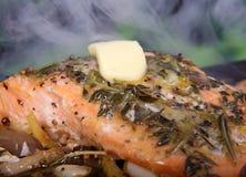 O alimento do verão, rosa coloriu o bife de peixes em um marinade do vinho Imagem de Stock