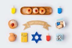 O alimento e os objetos do feriado do Hanukkah para a zombaria acima do molde projetam Vista de acima Imagem de Stock
