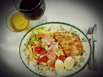 O alimento eggs o chá do redwine da placa do salat do tomate da galinha Foto de Stock Royalty Free