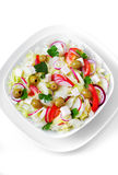O alimento grego e italiano - salada do legume fresco na tabela Fotos de Stock Royalty Free