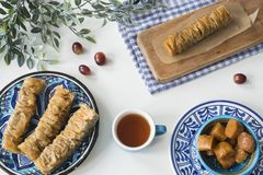 O alimento grego tradicional, petisco, plano coloca com baklava da placa imagem de stock royalty free
