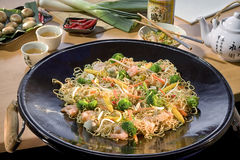 O alimento japonês, agitação ateou fogo a camarões com porcas de caju um japão famoso Imagem de Stock Royalty Free