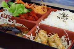 O alimento japonês, bento é arroz e alimento na caixa imagens de stock royalty free