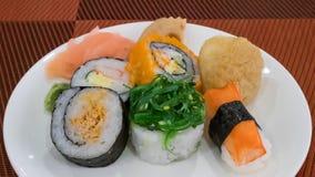 O alimento japonês do sushi delicioso na placa branca Fotografia de Stock Royalty Free