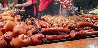 O alimento Krakow da rua é preparado no quadrado imagem de stock royalty free