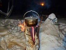 O alimento no potenciômetro é preparado 'nas velas do taiga ' fotografia de stock