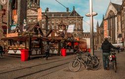 O alimento para em Amsterdão no dia justo fotografia de stock