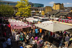 O alimento para em Camden Market durante o dia Imagem de Stock