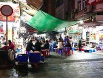 O alimento para no mercado da noite da rua do templo imagens de stock royalty free