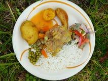 O alimento preparou subterrâneo em pedras calorosos equador imagem de stock