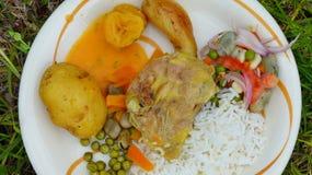 O alimento preparou subterrâneo em pedras calorosos equador fotos de stock royalty free