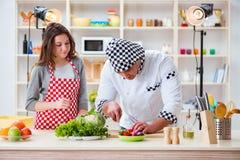 O alimento que cozinha o programa televisivo no estúdio Fotografia de Stock