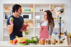 O alimento que cozinha o programa televisivo no estúdio Fotos de Stock