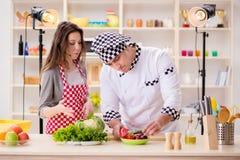 O alimento que cozinha o programa televisivo no estúdio Imagens de Stock
