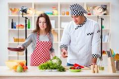 O alimento que cozinha o programa televisivo no estúdio Fotos de Stock Royalty Free