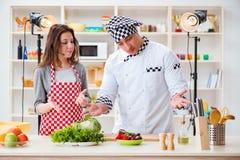 O alimento que cozinha o programa televisivo no estúdio Imagens de Stock Royalty Free