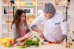 O alimento que cozinha o programa televisivo no estúdio Imagem de Stock