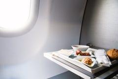 O alimento serviu a bordo do avião da classe executiva na tabela Fotografia de Stock Royalty Free