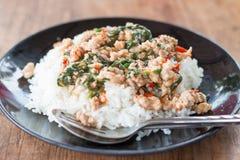 O alimento tailandês, arroz cobriu com carne de porco salteado e manjericão Imagem de Stock Royalty Free