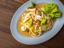 O alimento tailandês chamou Yum Woon Seng ou a salada ácida & picante da aletria com calamares Alimento na tabela de madeira Imag imagens de stock royalty free