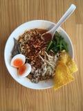 O alimento tailandês da rua, a sopa de Tom yum picante e acidificam, egg, macarronete da carne de porco imagens de stock royalty free