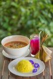 O alimento tailandês da tradição na tabela, na omeleta da licença do arroz da cúrcuma, da acácia e no camarão de madeira na sopa  foto de stock