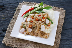 O alimento tailandês do aperitivo chamou Mooh Nam, triturou e martelou a carne de porco roasted da pele, foco da seleção Fotos de Stock Royalty Free