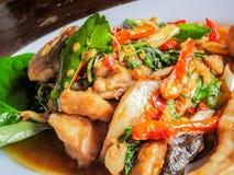 O alimento tailandês, peixe decorado com erva tailandesa tempera o pimentão vermelho com k Fotos de Stock