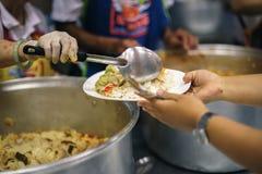 O alimento a trabalhar do com fome é a esperança da pobreza: conceito da pobreza foto de stock royalty free