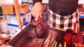 O alimento tradicional da rua do japonês grelhou o assado na placa quente video estoque