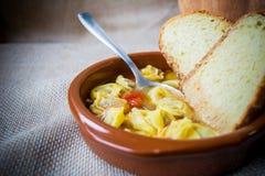 O alimento tradicional italiano chamou o tortellini no brodo com pão fotos de stock