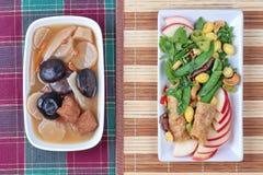O alimento vegetal chinês do festival como a nogueira-do-Japão fritada com legumes misturados serviu com sopa fluída da erva da m Fotografia de Stock Royalty Free
