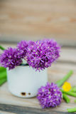 O Allium floresce o ramalhete em um vaso decorativo do metal à moda Profundidade de campo rasa Fotos de Stock Royalty Free