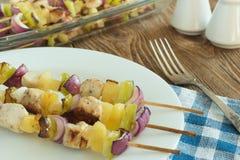 O almoço ou o jantar do BBQ grelharam a carne com vegetais Fotografia de Stock Royalty Free