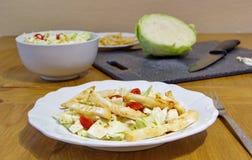O almoço saudável consiste em microplaquetas, em couve, em grãos e em tomates do aipo Imagem de Stock Royalty Free