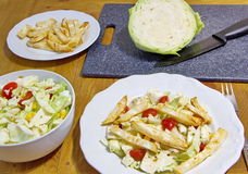 O almoço saudável consiste em microplaquetas, em couve, em grãos e em tomates do aipo Fotos de Stock Royalty Free