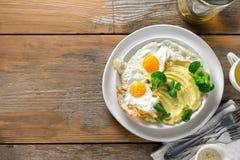 O almoço saudável do café da manhã da vista superior triturou a tabela de madeira do chá dos brócolis dos ovos fritos das batatas fotos de stock
