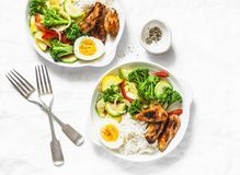 O almoço serviu - a galinha cozido dos vegetais, do arroz, do ovo cozido e do teriyaki no fundo claro imagens de stock royalty free