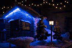 O alojamento de madeira pequeno é decorado com luzes de Natal fotografia de stock royalty free
