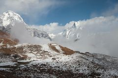 O alojamento pequeno perdido entre partes superiores da montanha nepal Foto de Stock Royalty Free