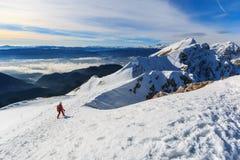 O alpinista que anda na parte superior do cume fotos de stock
