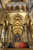 O altar alto na catedral de Salisbúria foto de stock royalty free