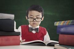 O aluno do lerdo lê o livro Imagem de Stock Royalty Free