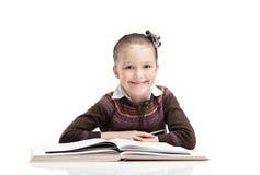 O aluno pequeno gosta de estudar Fotografia de Stock Royalty Free