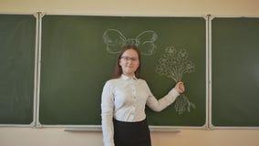 O aluno superior da estudante guarda flores virtuais com uma curva em sua cabeça As flores e a curva são tiradas em uma administr video estoque